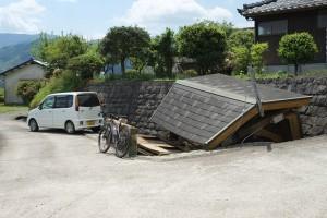 地震で倒壊した洗い場[寺坂水源]