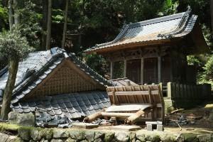 地震で倒壊した塩井社水源の神社