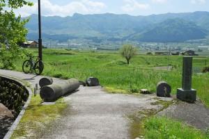地震で倒壊した塩井社水源の鳥居