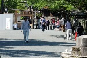 地震後の参拝者の列[阿蘇神社]