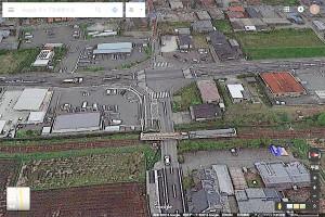 ミルクロード入口[阿蘇赤水]と地震で脱線したJR豊肥線の列車