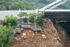 阿蘇口大橋の土台崩落[県道207号線・立野地区]