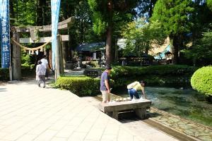 湧き水を汲む観光客[白川水源・地震後7月31日]