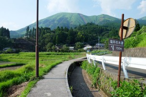 遊歩道と枯れた水路[塩井社水源・地震後7月31日]
