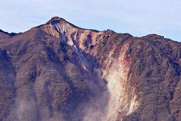 熊本地震で崩れた由布岳
