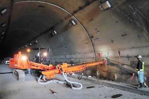 俵山トンネル復旧工事(ロックボルトの増し打ち工事)