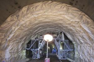俵山トンネル復旧工事(防水シート貼付け)