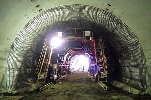 俵山トンネル復旧工事(移動式型枠設置)