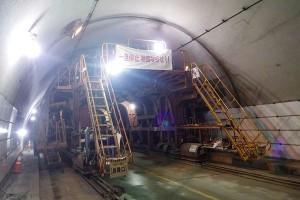 俵山トンネル復旧工事(セントル移動)
