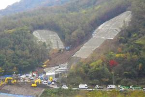 俵山トンネル復旧工事【坑門周辺の山肌補強】