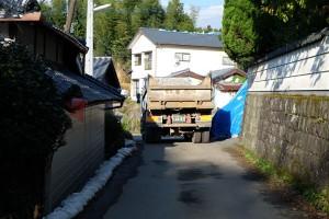 西原村袴野地区の村道を往来する工事車両