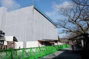 解体用の素屋根に囲まれた楼門[阿蘇神社]