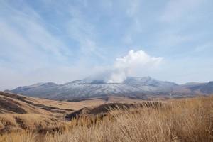噴火が沈静化した阿蘇火口〈2016年12月24日〉