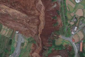 熊本地震で寸断した国道57号線とJR豊肥線と阿蘇大橋
