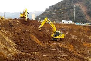 栃の木側・重機による掘削作業[新阿蘇大橋]