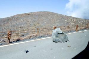 阿蘇山公園道路に落ちた噴石