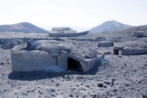 噴火で破損し火山灰に埋まる避難壕[阿蘇火口広場]