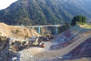 立野側・重機による掘削作業[新阿蘇大橋]